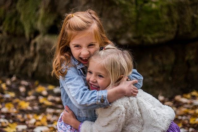 dvě holčičky venku na podzim.jpg